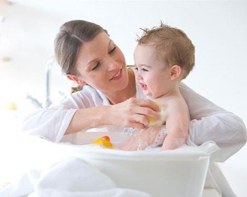 Giúp bé tắm an toàn mùa đông không sợ lạnh và ho