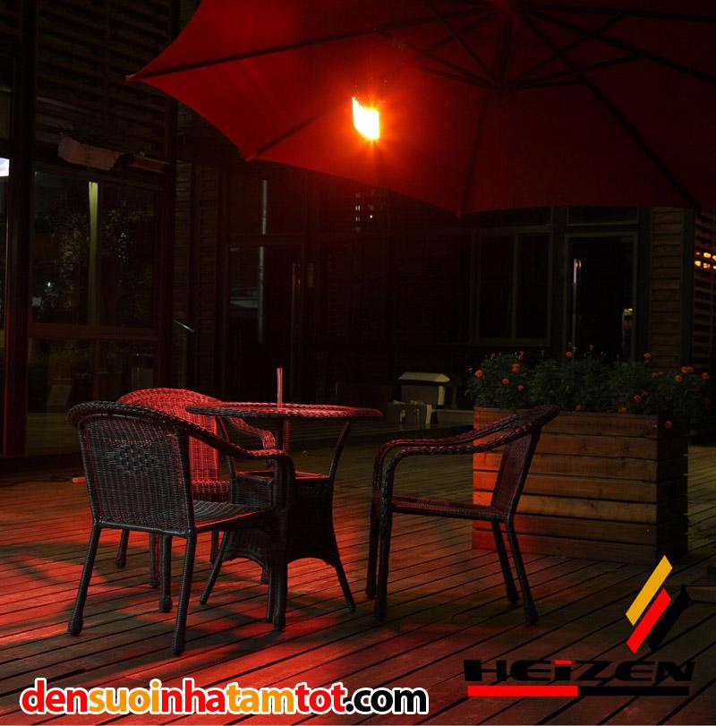 Đèn sưởi không chói mắt lắp đặt ở bàn uống nước sân vườn